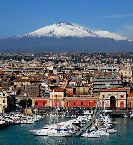 CATANIA 17/03/2009:  Uno scorcio del  porto di Catania dominata dall'Etna